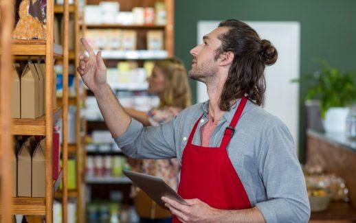 Homem em um supermercado, cuidando da empresa a fim de reduzir prejuízos na empresa.